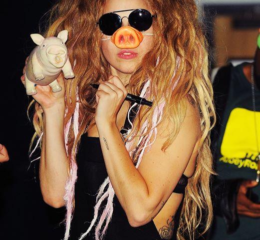 Lady Gaga signs her Pork. Galit sa PAMBABABOY.