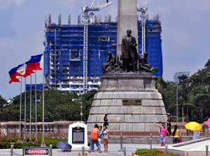 Rizal Monument photobomber DMCI Torre de Manila