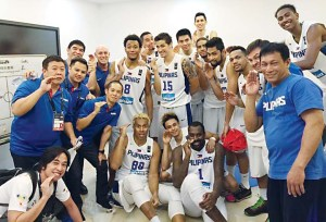 Gilas Pilipinas doing a PABEBE WAVE (of YayaDub fame).